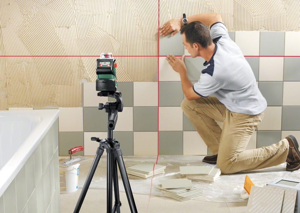 выравнивание по уровню при укладке плитки на стену